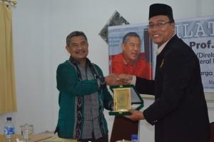 Serah Terima Cinderamata oleh Direktur Pesantren Ar-Raudlatul Hasanah Kepada Bapak. Prof. Amsal Bakhtiar