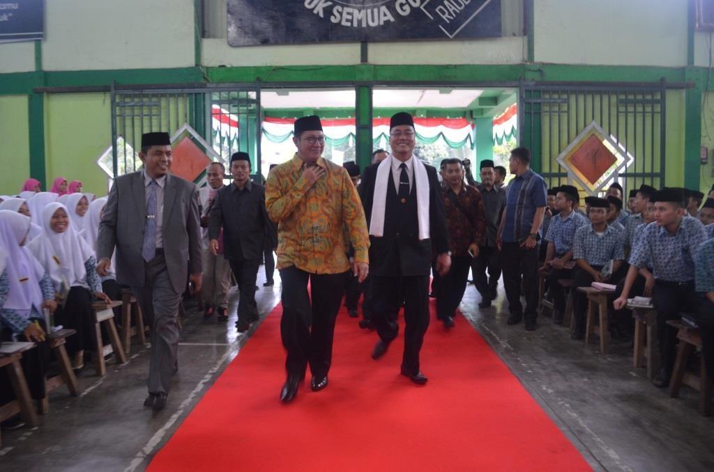 Menteri Agama Republik Indonesia, Direktur dan Sekretaris Pesantren Memasuk Gedung  Pertemuan Pesantren Ar-Raudlatul Hasanah