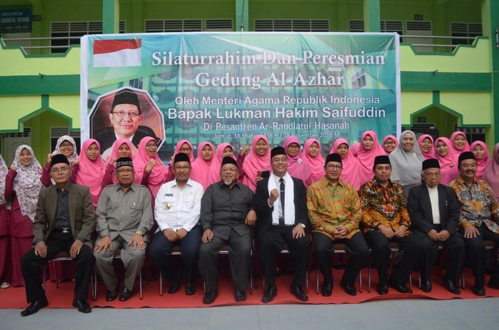 Menteri Berfose bersama Ustadzah Pesantren Ar-Raudlatul Hasanah
