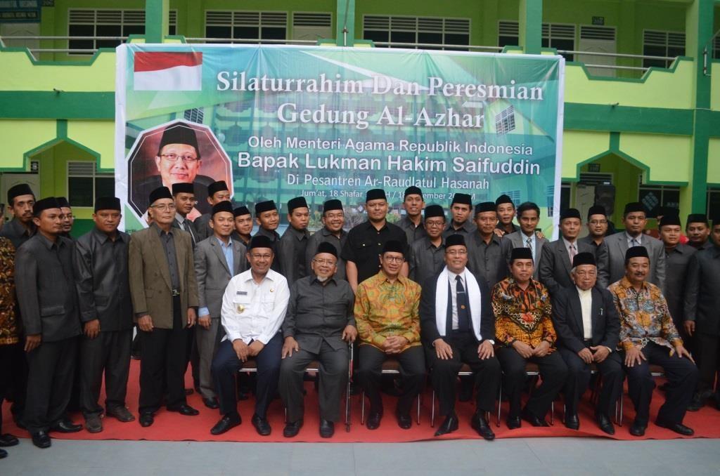 Menteri berfose bersama Asatidz Pesantren Ar-Raudlatul Hasanah