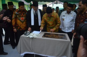 Penandatanganan Prasasti Gedung Al-Azhar Oleh Menteri Agama Republik Indonesia, Bapak. Lukman Hakim Saifuddin