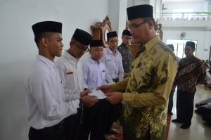 Direktur Memberikan SK Beasiswa Kepada Santri Berprestasi Pesantren Ar-Raudlatul Hasanah Medan
