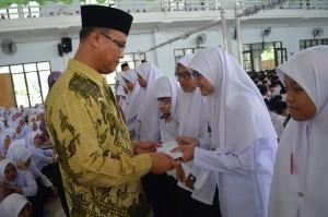 Direktur Memberikan SK Beasiswa Kepada Santriwati Berprestasi Pesantren Ar-Raudlatul Hasanah Medan