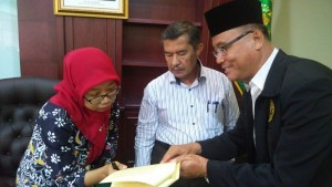 Direktur bersama Prof. Dr. H. Amsal Bakhtiar, MA dalam penyerahan SK STIT