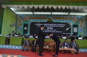 Menyerahkan Kembali LPJ Kepada Bapak Direktur Pesantren Ar-Raudlatul Hasanah