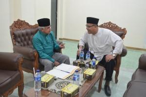 Penyambutan  Buya Afif Hamka oleh KH. Drs. Rasyidin Bina, MA di kantor Sekretaris Direktur