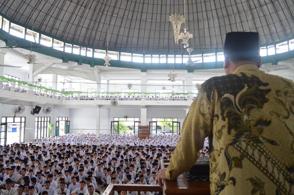 Sambutan Direktur dalam Rangka Pembagian Raport dan Penetapan SK Beasiswa Pesantren Tarbiyah Islamiyah Ar-Raudlatul Hasanah