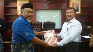 Serah terima SK Sekolah Tinggi Ilmu Tarbiyah (STIT) Ar-Raudlatul Hasanah