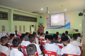Ust. Dindin Ketika Menyampaikan Materi Cordobana Tahsin di Multimedia Ar-Raudlatul Hasanah Medan