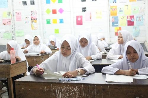Santriwati Ar-Raudlatul Hasanah Belajar Dengan Giat Meraih Sukses Ujian Akhir Tahun