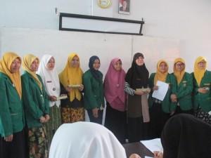 Foto Bersama Santriwati Pesantren Ar-Raudhatul Hasanah dengan Mahasisiwi UINSU seusai Presentasi.