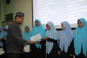 Pemberian Sertifikat Penghargaan bagi Santri dan SantriwatI Kelas 6 KMI oleh Eagle Club di pesantren Ar-Raudlatul Hasanah
