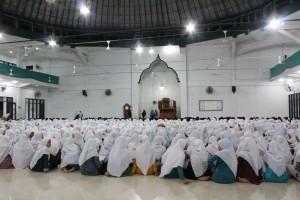 Suasana penutupan latihan pidato 3 bahasa di Pesantren Ar-Raudlatul Hasanah