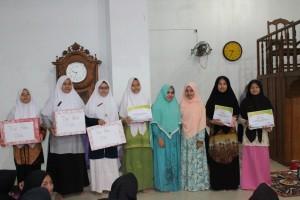 Para santriwati dan club terbaik di latihan pidato 3 bahasa di Pesantren Ar-Raudlatul Hasanah