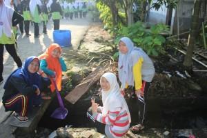 Santriwati Pondok Pesantren Ar-Raudlatul Hasanah Melaksanakan Gotong Royong Bersama Menyambut Hari Ke 100 OPRH dan GUDEP