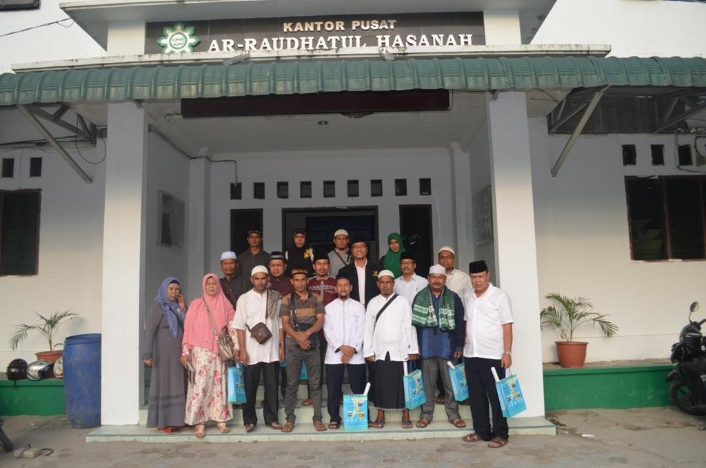 Para Jajaran Dinas Syari'at Islam dan Pendidikan Dayah beserta Pimpinan Dayah Kabupaten Aceh Tengah bersama Direktur Pesantren Ar-raudlatul hasanah didepan kantor pusat