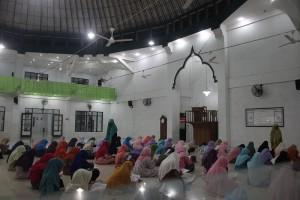 Suasana Seleksi Pertama Ujian Masuk Eangle Club di Masjid Pesantren Ar-Raudhatul Hasanah.