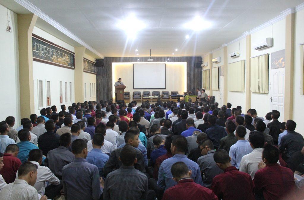 """Guna Ketertiban dan Disiplin Santri-Santriwati, Bidang Pengasuhan Membacakan """"Ten Commandments"""""""